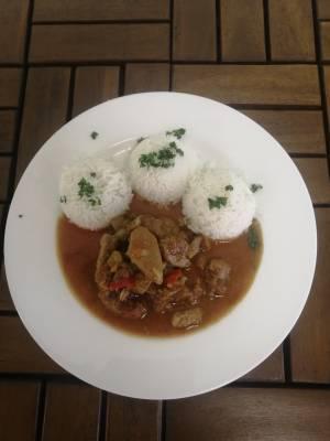 Pražský flamendr ( vepřové maso, drcená rajčata, paprika ), rýže ,, Basmati