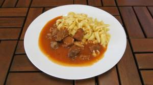 Kotlíkový perkelt ( hovězí maso, paprika, rajčata)