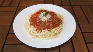 Špagety s masem se zeleninou a sýrem